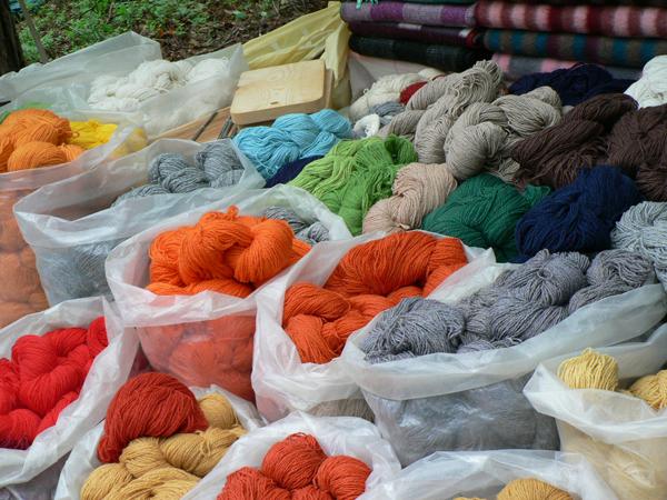 色とりどりの美しいリネンの糸。バルト三国は高品質のリネンの生産で有名。