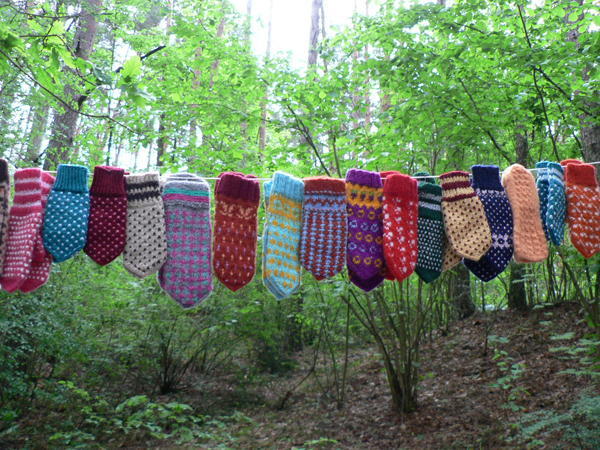 ひとつひとつ、モチーフや色あわせが素晴らしい手編みのミトン