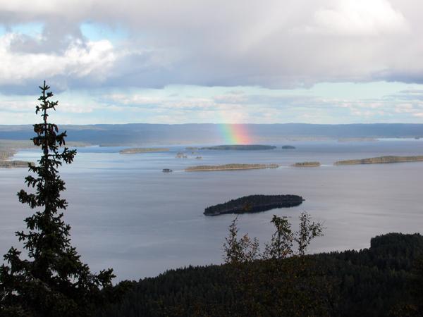 コリ国立公園のピエリネン湖にかかる虹