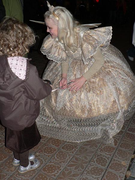 きれいな妖精のお姉さん。子どもたちも釘付け。