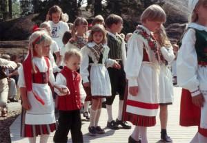 夏至祭当日、民族衣装で着飾った子供たち、セウラサーリ