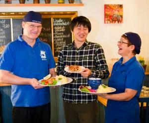 かもめ食堂のオーナー夫妻と福田さん
