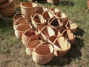 手作りのかごが並びます