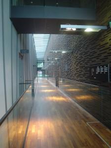 バルコニー階の通路