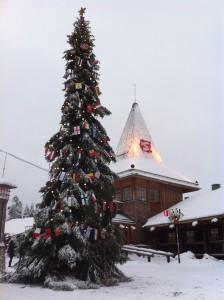 サンタ村の前のクリスマス・ツリー